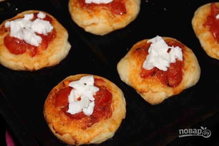 6.Выпекайте при температуре 180 градусов около 20 минут. Посыпьте мини пиццы кубиками моцареллы и выпекайте еще несколько минут.
