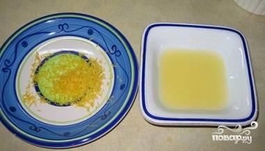 2. Возьмите сотейник и вылейте в него растительное масло, включите плиту, подождите, пока посуда хорошенько нагреется. После этого растопите сливочное масло, положите в емкость лук и чеснок. Добавьте в них тимьян, столовую ложку лимонной цедры. Жарьте, пока лук не приобретет золотистый оттенок, займет процедура приблизительно пять минут.