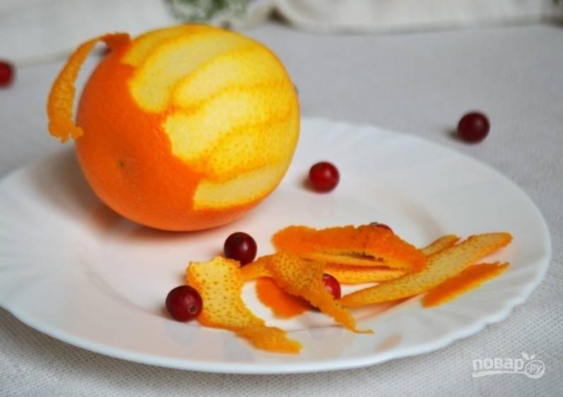 Промойте апельсин, снимите с него цедру.