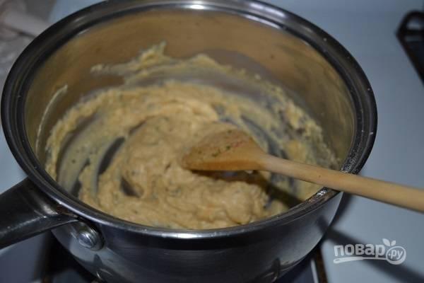 4. В сотейнике растопите сливочное масло, добавьте 2 ложки муки, перемешайте. Влейте молоко, добавьте специи. Постоянно перемешивайте соус, чтобы не было комочков.