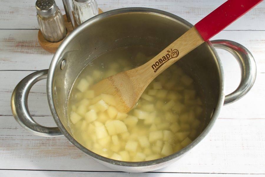 4.      Когда картофель будет готов,слейте воду, добавьте к картошке грибную заправку.