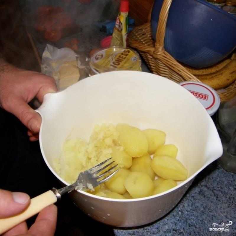 В отваренный до готовности картофель добавляем сливочное масло, яйцо, соль и перец. Превращаем в пюре.
