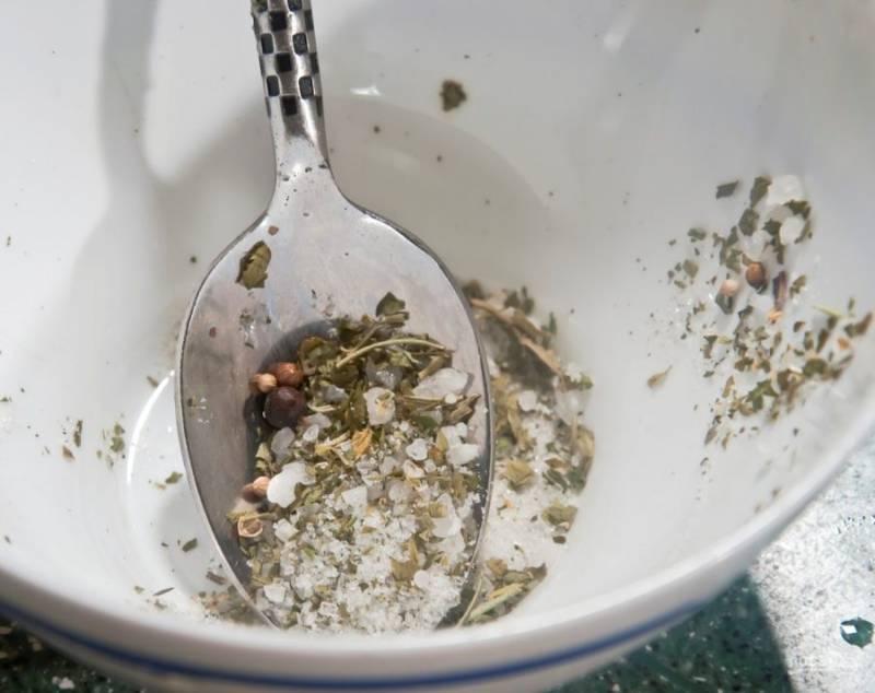 2. Отдельно приготовим маринад: смешиваем специи с морской солью и оливковым маслом. Можно добавить лимонный сок по вашему желанию. Даем маринаду постоять минут 20, после чего натираем рыбу.