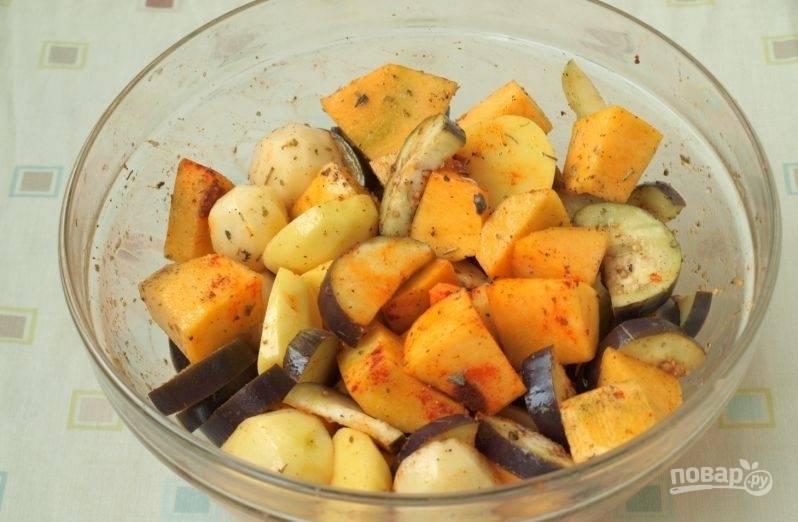 Потом протрите баклажан от лишней соли и добавьте кусочки к овощам. Всыпьте соль и перец. Влейте масло. Всё перемешайте.