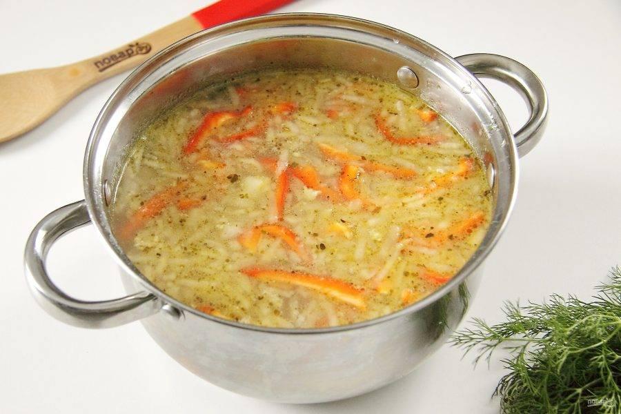 Затем добавьте обжаренный лук с грибами и яблоком. Так же добавьте нарезанный перец и продолжайте варить суп еще примерно 7-8 минут. В конце добавьте мучную смесь.