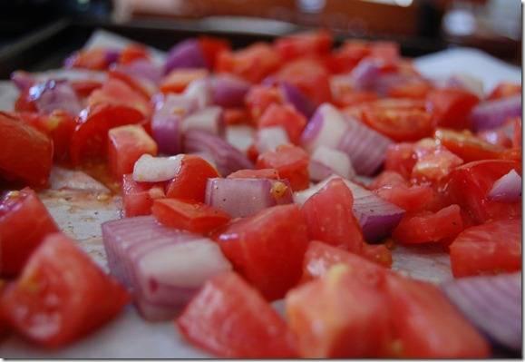 5. Туда же отправляйте и второй противень с помидорами и луком. Запекайте их вместе еще 15-20 минут.