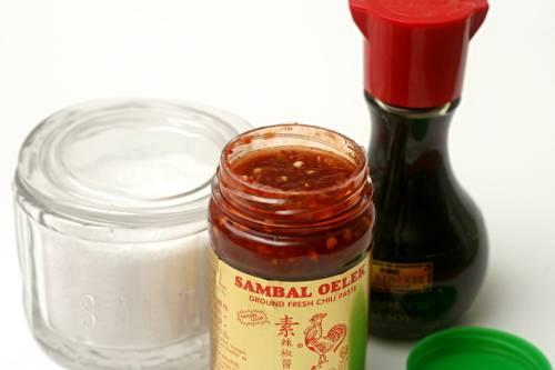 2. Вот такой скромный набор ингредиентов, который необходим в рецепт приготовления капусты под соусом. Если у вас под рукой нет пасты чили, ее можно заменить томатным соусом, добавив в него измельченный или, в крайнем, случае, молотый чили.