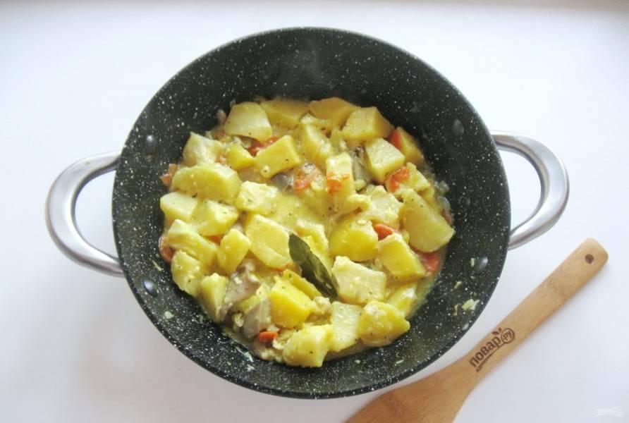 Перемешайте все ингредиенты со сметаной и прогрейте блюдо еще 5 минут на небольшом огне.