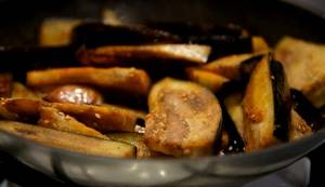 5. Обжариваем баклажаны на той же сковороде вместе с солью, перцем и выбранными приправами.