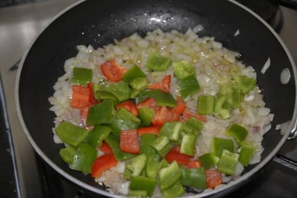 """3. Вымыть, очистить и нарезать кубиками сладкий перец. Для """"яркости"""" вкуса супчика можно добавить перчик разных цветов. Выложить на сковороду к луку и продолжать обжаривать на среднем огне, помешивая."""