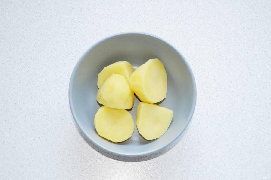 Для приготовления картофельной начинки разомните отварной картофель в пюре.