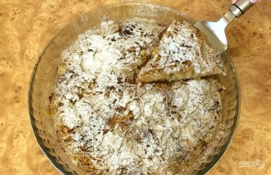 4. Выпекайте пирог в разогретой до 200 градусов духовке 45-55 минут. Остудите пирог в форме и украсьте сахарной пудрой. Приятного аппетита!