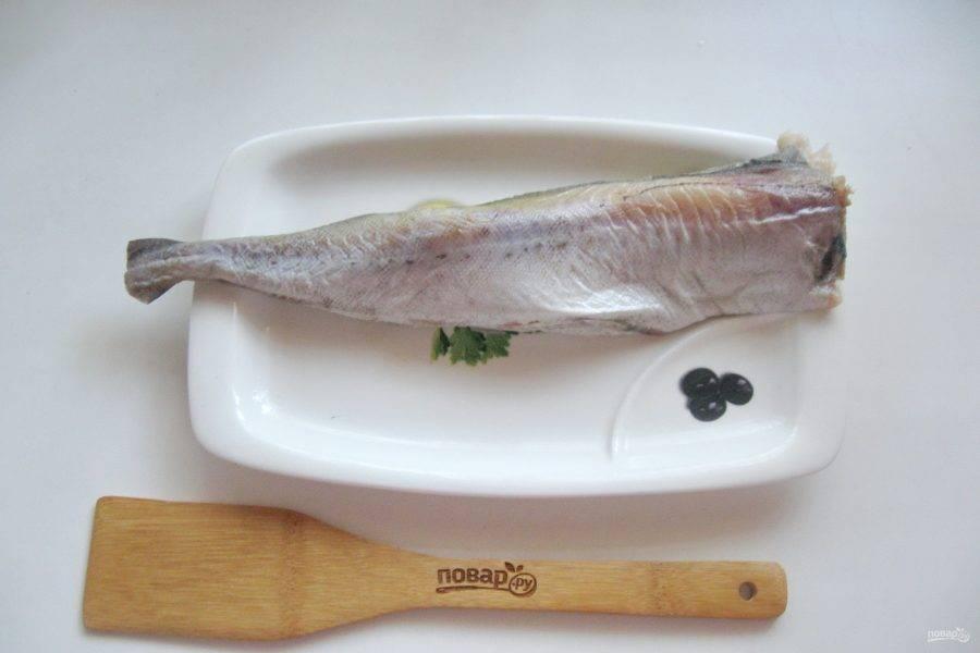 Минтай очистите от чешуи, выпотрошите, удалите плавники и черную пленку в брюшке. Хорошо помойте рыбу снаружи и внутри.