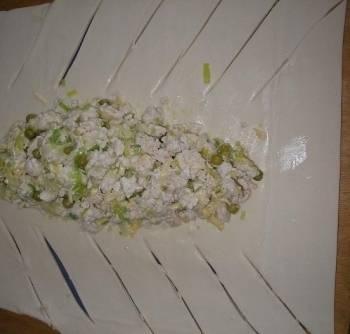 Тесто раскатаем в один большой пласт, выложим на середину начинку и сделаем надрезы, как на фото.
