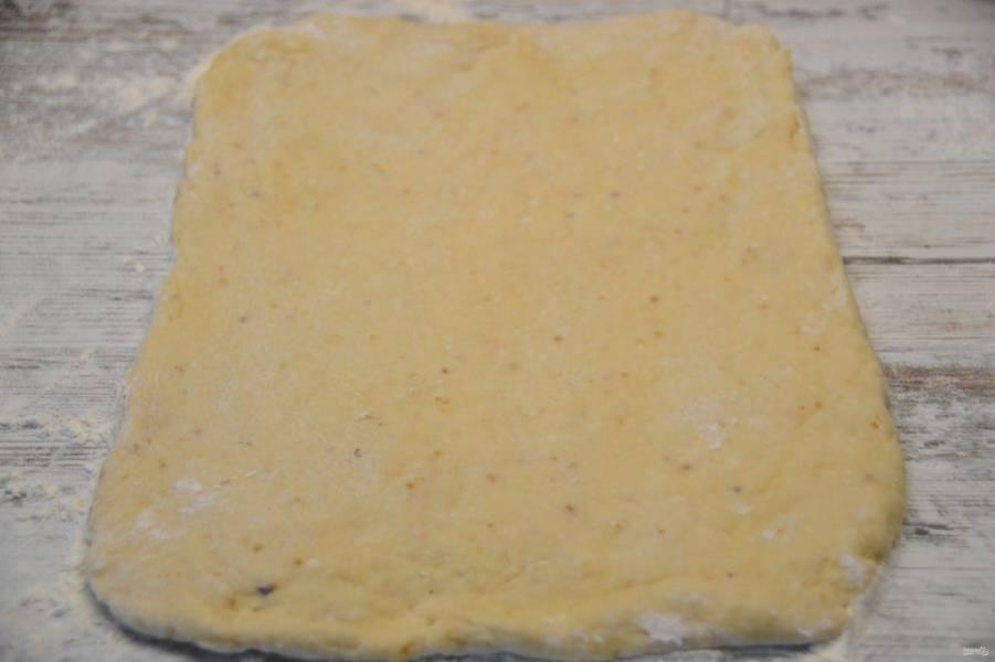 Раскатайте половину теста в пласт толщиной около 1 см., размером 20х30 см.