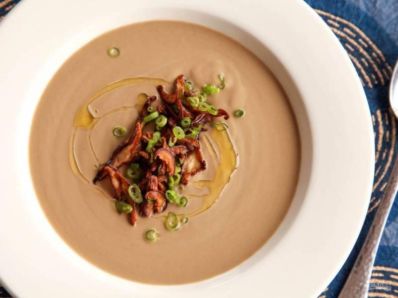 Переложите содержимое кастрюли в блендер и взбейте, постепенно прибавляя скорость. Процедите суп и постепенно добавляйте оливковое масло до тех пор, пока структура супа не будет гладкой и однородной.
