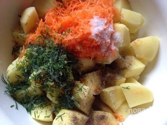 Добавим к картошке морковь, измельченный чеснок и зелень укропа. Добавим соль, перец и растительное масло.
