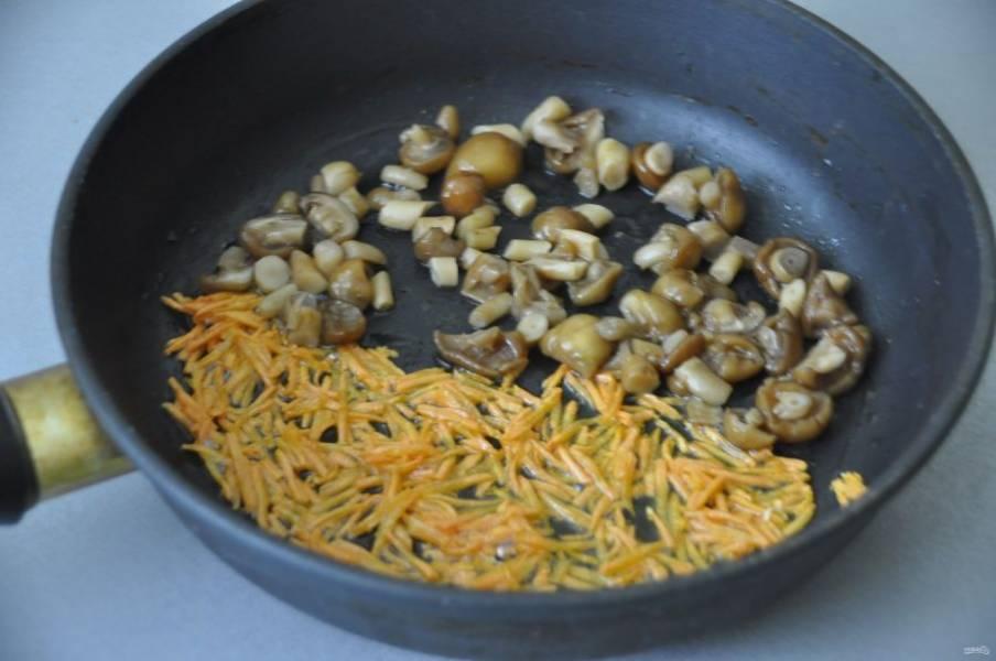 Влейте растительное масло на разогретую сковороду, обжарьте сначала морковь, затем добавьте к ней опята и обжарьте до готовности. Если есть желание, то можно добавить при обжарке лук.