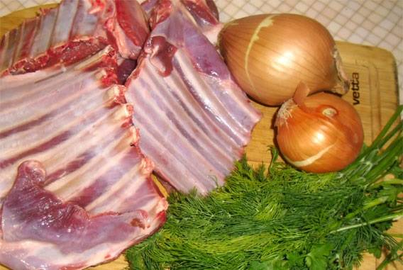 1. Рецепт приготовления бараньих ребрышек предполагает вот такой незамысловатый набор ингредиентов. При желании, конечно, можно использовать разнообразные специи по вкусу, а также дополнительно сделать маринад.