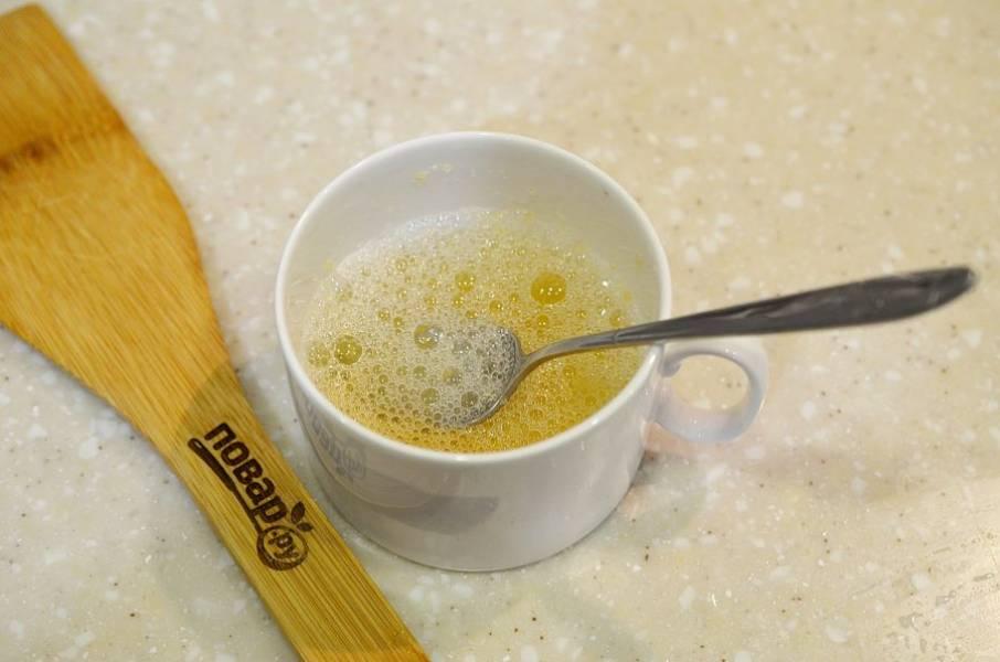 1. Желатин залейте холодной водой для набухания. Затем распустите на водяной бане.