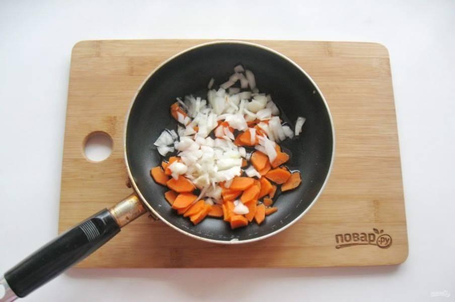 Лук и морковь очистите, помойте и мелко нарежьте, выложите в сковороду. Налейте подсолнечное масло и слегка припустите на среднем огне.
