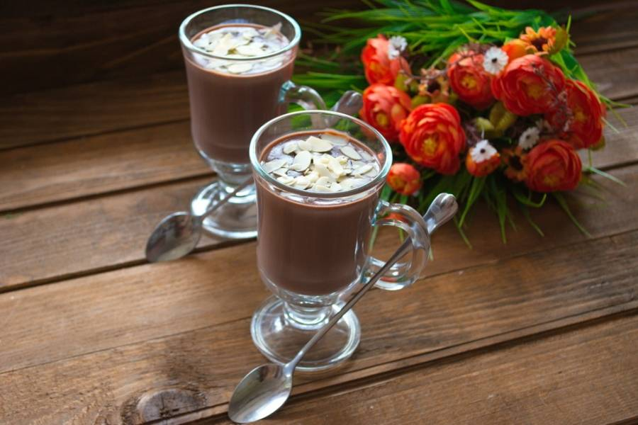 Влейте горячий шоколад и посыпьте его лепестками. Подайте сразу к столу.