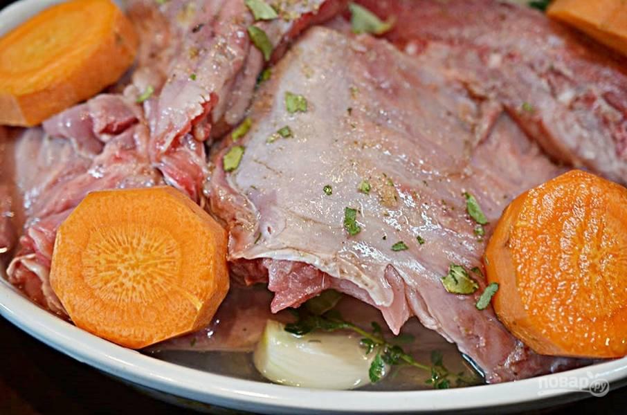Влейте вино и долейте воды, чтобы она покрывала мясо на 2/3.