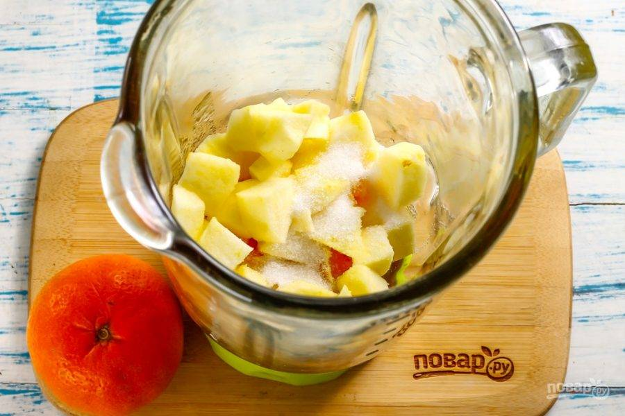 Промойте яблоки в воде, разрежьте на четыре части и срежьте сердцевины с семенами. Еще раз промойте и нарежьте средними кубиками. По желанию с яблок можно срезать кожуру - ее часто обрабатывают парафином, чтобы фрукты дольше хранились. Всыпьте сахарный песок или замените его цветочным медом.