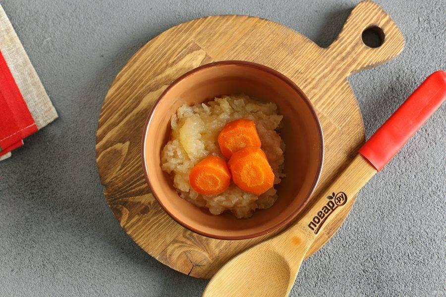 Затем приготовьте яблоко и морковь на пару в течение 10-15 минут (до мягкости).