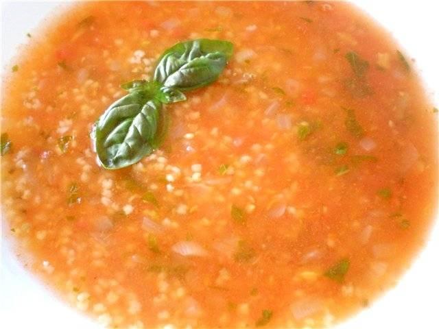В кипящую воду (можно добавить бульонный кубик) положить крупу и варить до готовности минут 15. Затем добавить туда картофель, пассерованные овощи и огурцы. Варить до готовности картофеля 10-15 минут. В конце варки влить огуречный рассол и если надо досолить суп.