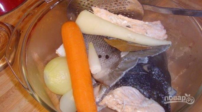 Из супа удалите рыбу и корнеплоды.