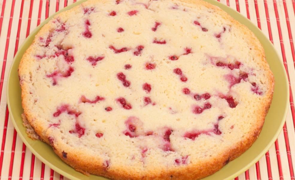 Выпекаем пирог в духовке 40 минут, температура 200 градусов.