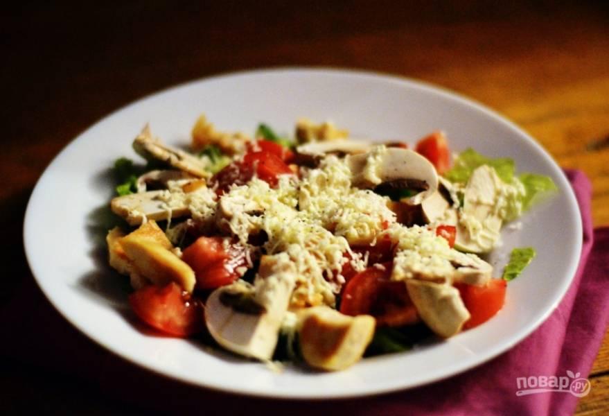 В салатницу кладем овощи, грибы и курицу. Сверху трем на мелкой терке моцареллу. Заправляем салат оливковым маслом и лимонным соком, по вкусу добавляем соль и перец. Приятного аппетита!