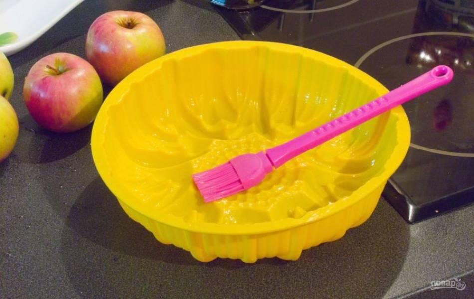 Масло растопите в микроволновке. Смажьте им силиконовую форму.