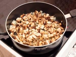Добавить грибы, посолить, жарить до готовности (около 15 минут).
