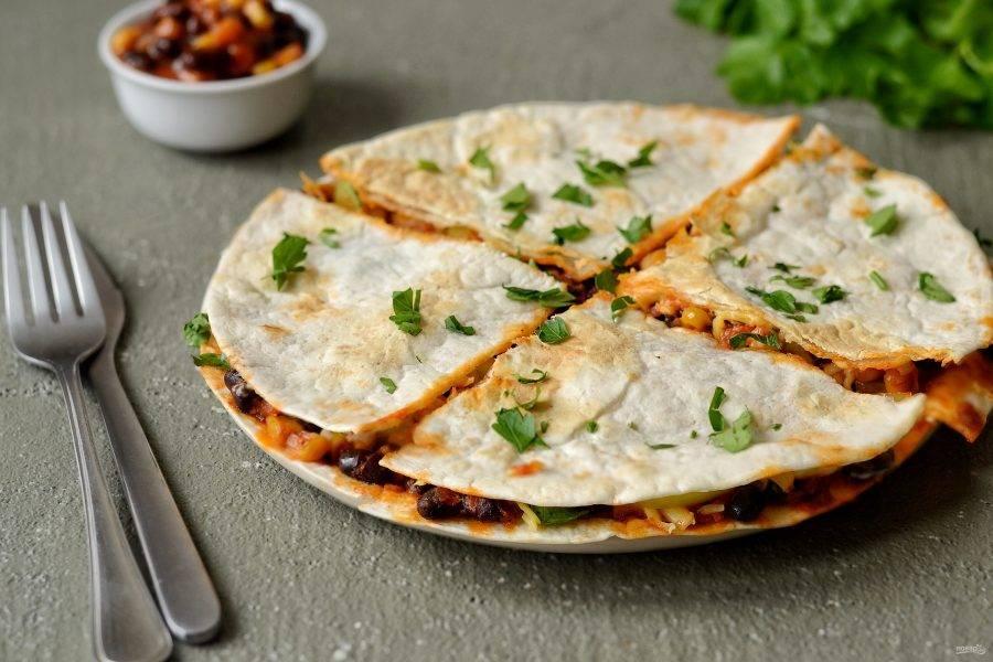 Тортилья в духовке готова, перед подачей разрежьте её на 4 части. Приятного аппетита!