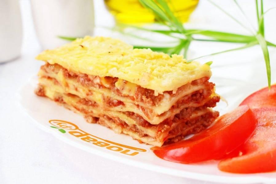 Остудите готовую лазанью в течение 10 минут, затем разрежьте на порционные кусочки. Приятного аппетита!
