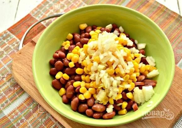 5. Очистите и измельчите луковичку. Ошпарьте кипятком, чтобы салат не горчил. Обсушите лук и добавьте к остальным ингредиентам.