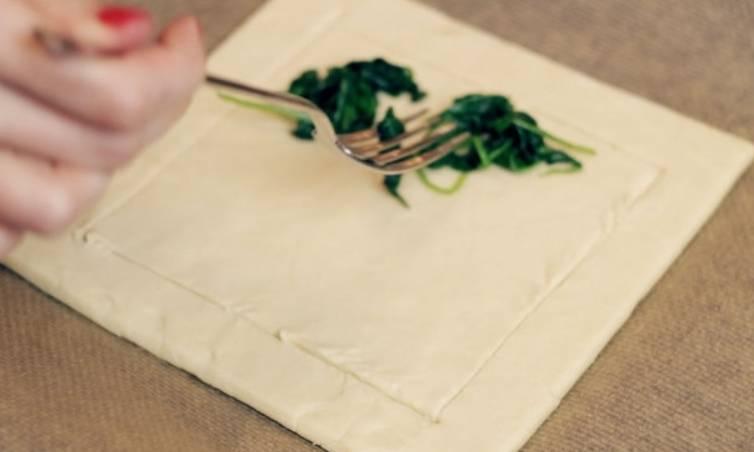 Застилаем противень бумагой для выпечки, сверху выкладываем квадрат слоеного теста. Прорезаем ножом бортики, отступив от края 2 см.