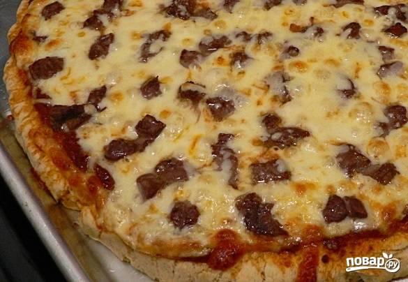 13. Вот такая аппетитная пицца получилась в результате. Нарежьте её порционными кусочками и подавайте к столу.