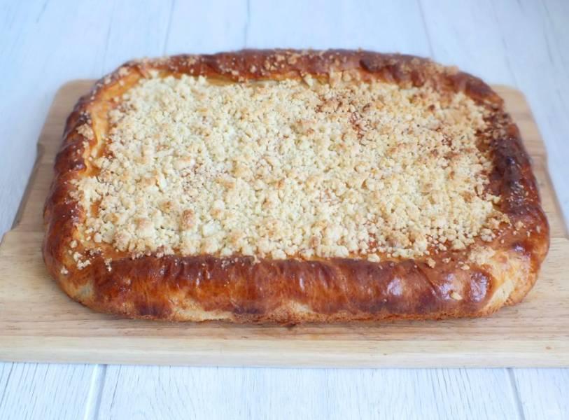 Готовый пирог достаньте из духовки, переложите из формы на доску и охладите.