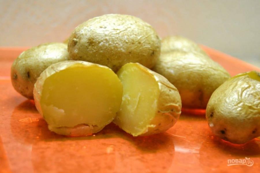 6.Немного остудите и подавайте к столу, картофель можно есть с кожурой.