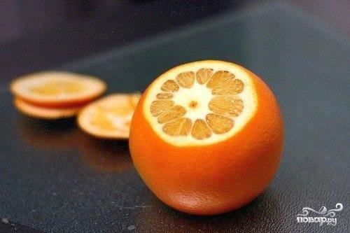 Сначала у апельсинов отрезаем макушки или попки.