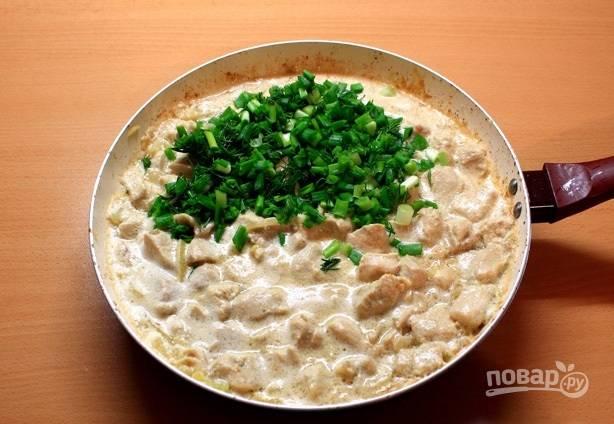 6. Тушите еще пару минут, после добавьте зелень и сразу же подавайте подливу к столу. Приятного аппетита!