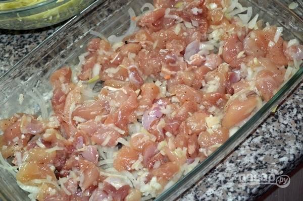 2.Стеклянную (или любую другую) форму для выпекания смазываю подсолнечным маслом, выкладываю все слоями: мясо посыпаю перцем и солью, затем выкладываю лук и морковь, поверх всего укладываю капусту.
