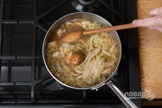 4. Добавьте соус Хойсин и влейте 4 стакана воды. Доведите до кипения и выложите в кастрюлю лапшу.