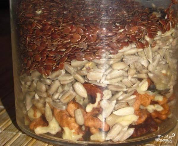 В блендер насыпьте семена и изрубленные орехи.