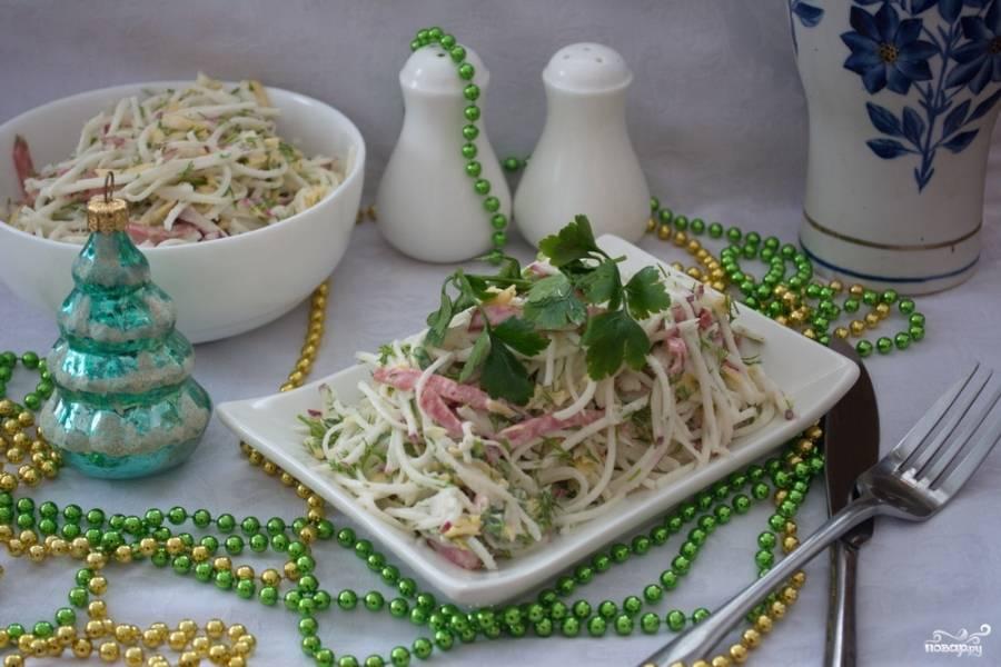 Салат заправить йогуртом без добавок. Посолите и поперчите. Перемашайте.
