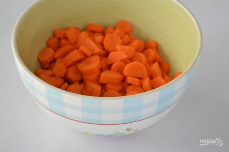 Морковку хорошенько вымоем, очистим и нарежем тонкими колечками, а затем разделим колечки пополам, получатся красивые дольки.