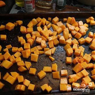 3. Добавить 2 столовые ложки оливкового масла, кленовый сироп, 1 чайную ложку соли, 1/2 чайной ложки молотого перца и перемешать. Запекать сквош в духовке в течение 15-20 минут до готовности, перевернув один раз.